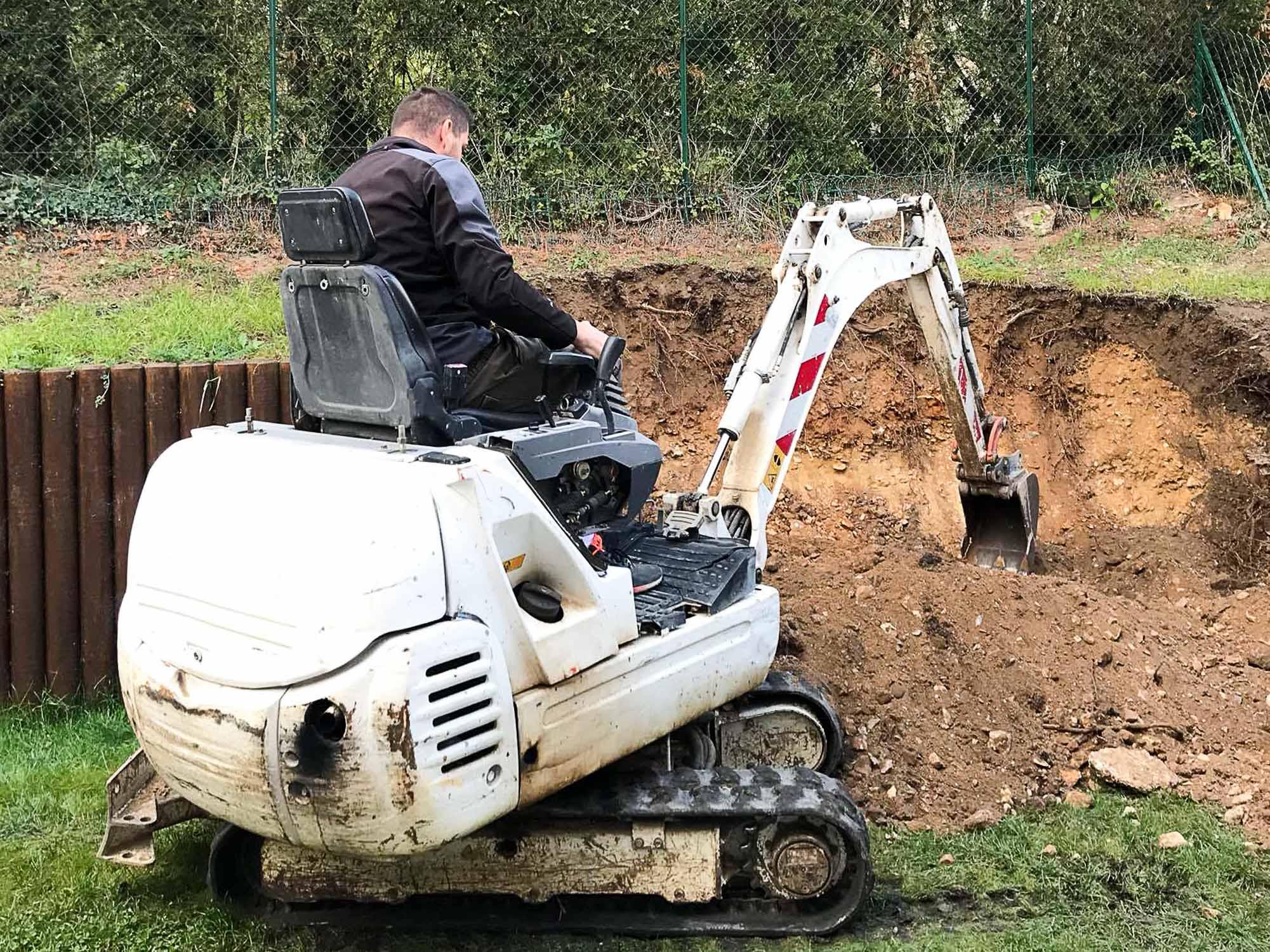 Actuellement en cours de réalisation, une excavation sur un terrain en pente avec un tracto-pelle ... à Carrières-sous-Poissy par l'entreprise de Maçonnerie et Terrassement Dorkel